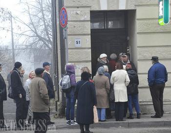 В Вентспилсе люди стоят в очереди к банкомату