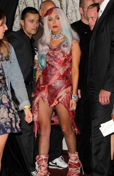 На MTV VMA-2010 Леди Гага (Lady Gaga) получила восемь наград. Леди Гага ы платье из мяса. Фоторепортаж. Фото:  Kevin Winter/Frederick M. Brown/MARK RALSTON/AFP/Getty Images