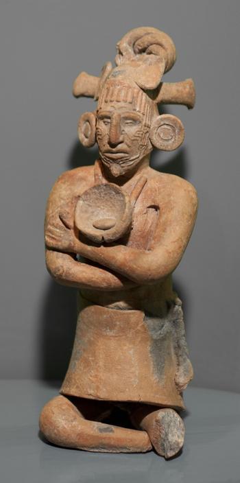 Керамический свисток, имеющий вид мужчины с украшением из раковины на груди. Фото: CONACULTA.-INAH.-MEX. Jorge Vertiz 2011