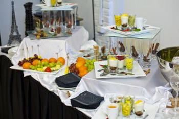 Обслуживание на территории клиента предполагает использование услуги выездной ресторан. Фото: fl-catering.ru
