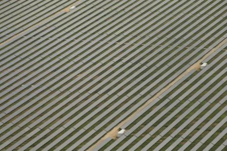 Берлин – столица Германии и крупный туристический центр. На окраине Берлина расположены фотоэлектрические солнечные батареи, производящие электрическую энергию.Фоторепортаж. Фото: Sean Gallup / Getty Images Берлин