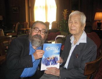 Г. Мерседес привёл своего китайского друга, г. Лю, отпраздновать его 98-й день рождения. Фото с сайта theepochtimes.com