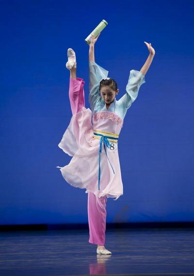 Юная участница конкурса Анджелия Ван исполняет «Танец весны». Фото: Dai BING/Великая Эпоха /The Epoch Times