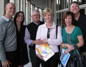 Келли Парра со своей семьей и друзьми в Музыкальном центре Dorothy Chandler. Фото с сайта theepochtimes.com