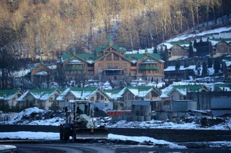 Вид отеля на нижней станции канатной дороги к комплексу «Лаура» в Сочи, 3 февраля 2013 года. Фото: KIRILL KUDRYAVTSEV/AFP/Getty Images