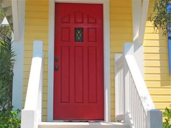 При взгляде на фасад дома сразу привлекает внимание входная дверь. Фото: Адам Миллер /The Epoch Times