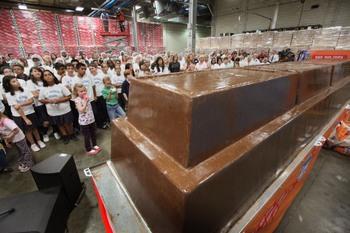 Рекордная шоколадная плитка весом в 5,5 тонн. Фото: Scott Olson/Getty Images