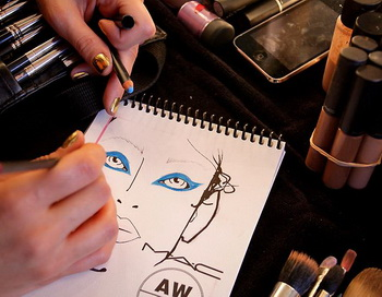 Детали макияжа разрабатывают к весенней демонстрации мод. Если вы накладываете яркие тени на свои веки, наносить такую же яркую губную помаду может быть излишне, но ключевым является соблюдение баланса. Фото: Lisa Maree Williams/Getty Images