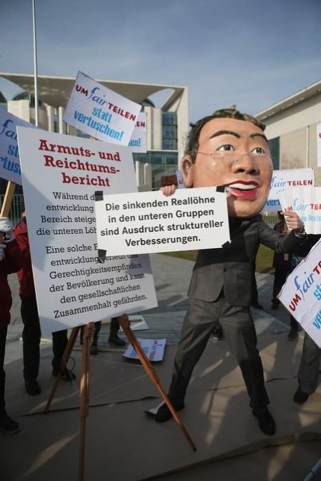 Министр труда Урсула фон дер Ляйен представила отчёт правительства Германии о бедности и богатстве 6 марта 2013 г. Фото: Sean Gallup/Getty Images