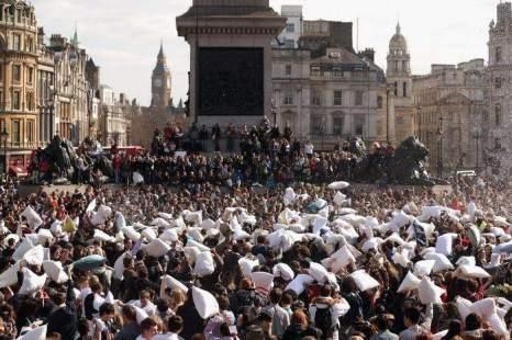 Мировой день боёв подушками отметили на Трафальгарской площади в Лондоне в субботу, 6 апреля 2013 г. Фото: Oli Scarff/Getty Images