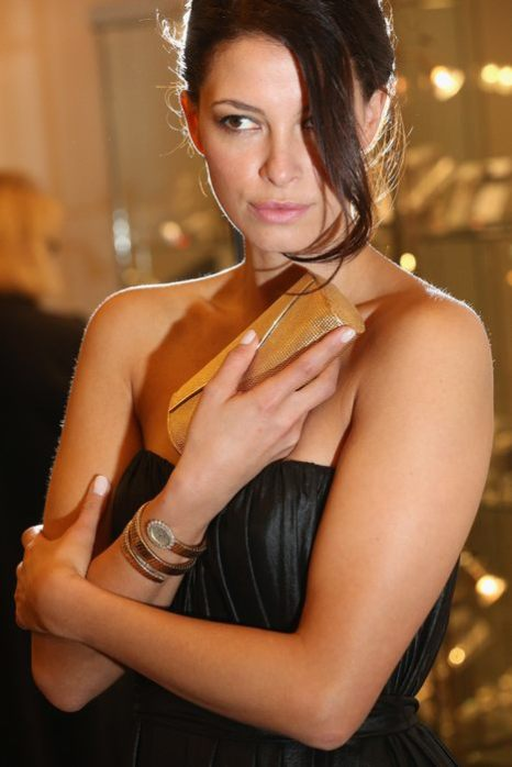 Украшения звезды Голливуда Джины Лоллобриджиды представляют модели аукциона Sothebys в Лондоне 10 апреля 2013 г. Фото: Oli Scarff/Getty Images