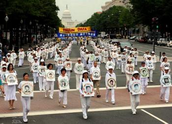 Китайские шпионы за границей следят также и за последователями Фалуньгун. Перед 20 июля, годовщиной начала преследования Фалуньгун в Китае, каждый год последователи Фалуньгун со всего мира собираются в Вашингтоне. Они требуют прекращения репрессий Фалуньгун коммунистическим режимом в Китае и отдают дань памяти тысячам жертв пыток и убийств. Фото: Tim Sloan /AFP /Getty Images