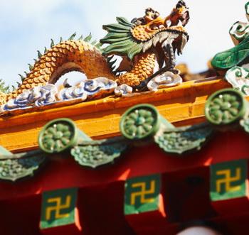 В Китае свастика - это символ Мужского (Ян)  и Женского (Инь) начал, символ вращения миров и Вселенной. Фото:  Nash Photos/Getty Images