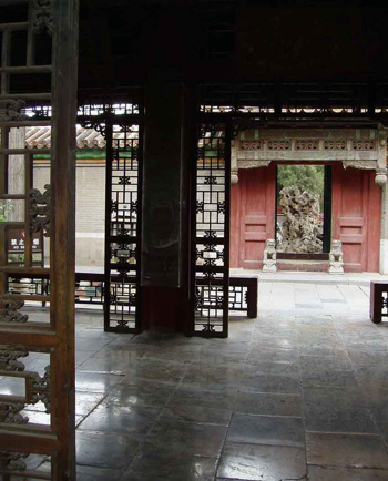 Золотые плитки дворца Гугун, выход в сад. Фото: zhengongfu.org