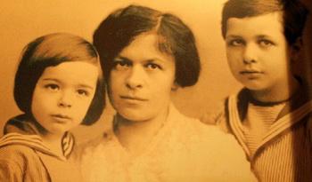 Эйнштейн:«Чтобы творения нашего разума были благословленными…». Милева с детьми. Экспозиция в библиотеке Иерусалимского Университета Гиват-Рам. Фото: Хава Тор/Великая Эпоха