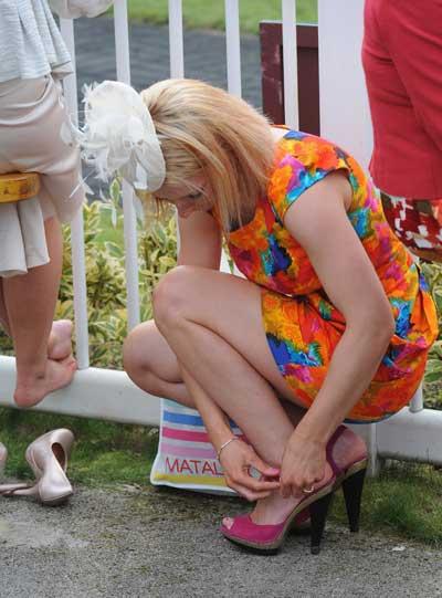 Ladies Day. Скачки закончены, можно сменить обувь на более удобную. Фото: Ian Gavan/Getty Images