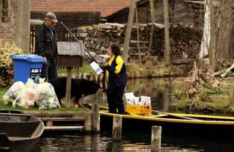 «Водный» почтальон-женщина в Германии. Фото: Sean Gallup/Getty Images