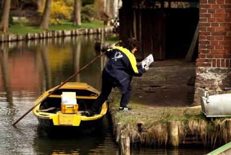 Иногда приходится выходить из лодки на берег. Фото: Sean Gallup/Getty Images