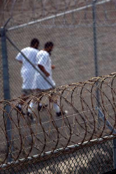 Гуантанамо (Куба). Некоторые задержанные на прогулке в секторе VI бегают трусцой. Фото:  PAUL J. RICHARDS/AFP /Getty Images