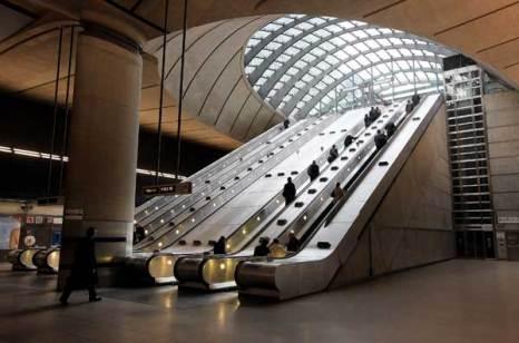 Лондон. Деловые люди покидают станцию метро Кенери Уорф. Фото: Oli Scarff/Getty Images