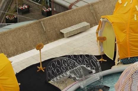 Элементы инсталляции бассейна на крыше – художественном произведении бразильского художника Эрнесто Нето. Фото: Peter Macdiarmid/Getty Images