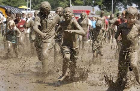 Мичиганские дети празднуют ежегодный «День грязи». Фото: Bill PanglienoGetty Images