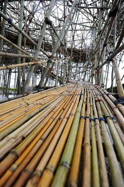 Нью-Йорк. Строительство «Большого Bamb» в Центральном парке. Поднимающийся  трап.   Фото: STAN HONDA/AFP/Getty Images