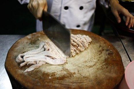 Разделка змеиного мяса в ресторане. Фото: Ulet Ifansasti/Getty Images