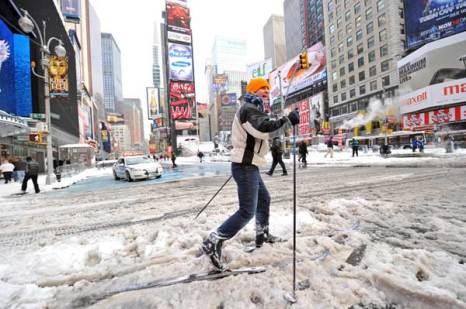 Неунывающий лыжник, бодро шествующий  по пересеченной местности в Нью-Йоркe 27 декабря 2010 после снежной бури. Фото: STAN HONDA/AFP/Getty Images