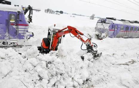 Два местных поезда застряли в снегу. Южная Швеция, 28 декабря 2010. Фото: JOHAN NILSSON/AFP/Getty Images