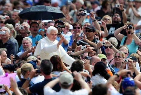 Религиозная толпа вокруг Папы Бенедикта XVI. Фото:  ALBERTO PIZZOLI/AFP/ Getty Images