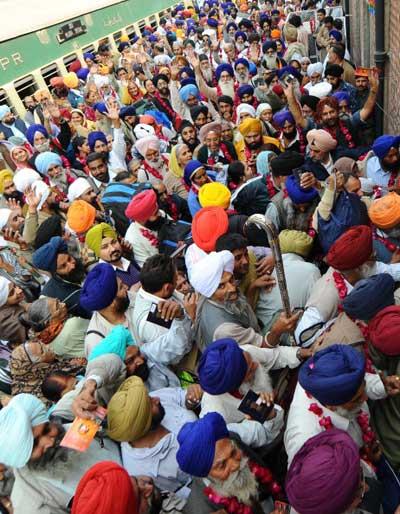 Индийские сикхские паломники. Фото:  ARIF АLI/AFP / Getty Images