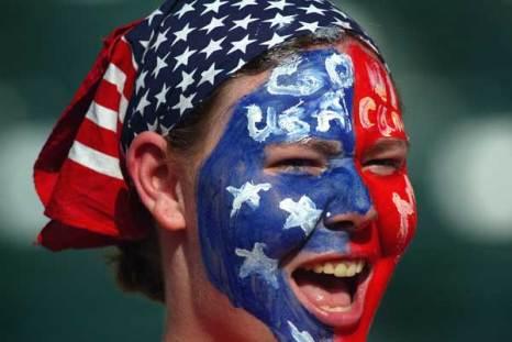 Фанаты футбола из разных стран в боевой раскраске и нарядах. Фото: Jonathan Ferrey/Getty Images