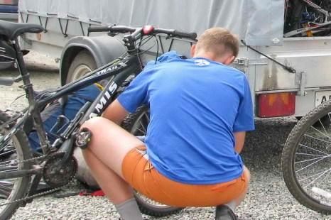 Подготовка велосипедов и багажа. Фото: Сергей Тугужеков/Великая Эпоха (The Epoch Times)