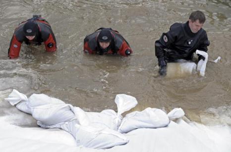 ППроливные дожди вызвали в Варшаве наводнение. Фото: JANEK SKARZYNSKI/AFP/Getty Images