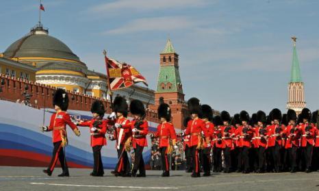 В военном параде 65-й годовщины Победы приняли участие 13 иностранных государств. Фото: ALEXANDER NEMENOV/AFP/Getty Images