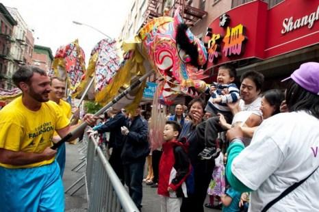 Жители китайского квартала Манхэттена приветствуют грандиозный парад Фалунь Дафа 18 мая. Фото: Samira Bouaou/The Epoch Times