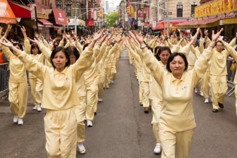 Выполнение третьего упражнения Фалунь Дафа во время парада в китайском квартале Манхэттена, 18 мая. Фото: Matthias Kehrein/The Epoch Times