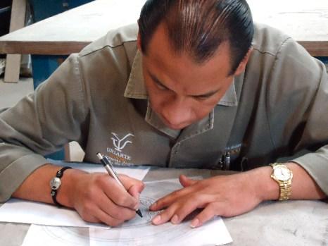 Создание трафаретов для росписи глиняной посуды  в Uriarte International. Фото: Сьюзен Джеймс