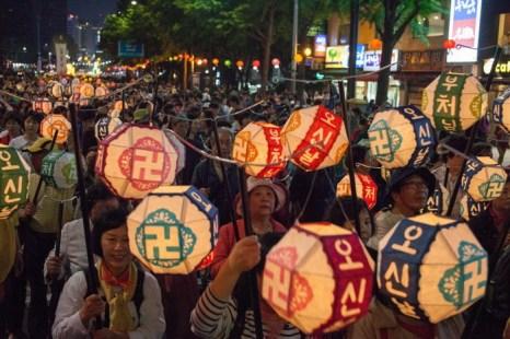 Фонари – символ Будды – несут по улицам Сеула на фестивале лотосовых фонарей. Фото: Jarrod Hall/Великая Эпоха (The Epoch Times)