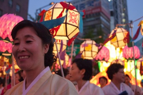 Женщины, одетые в традиционные корейские платья ханбок несут бумажные фонари. Фото: Jarrod Hall/Великая Эпоха (The Epoch Times)
