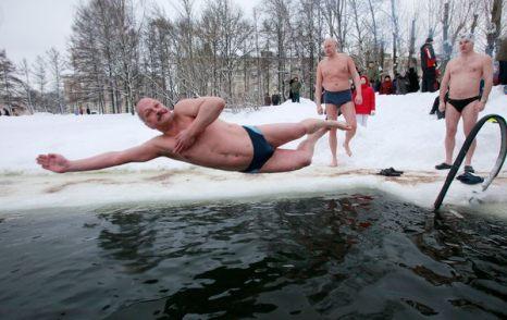 Зимой не до скуки. Ныряющий в ледяные воды мужчина в Санкт-Петербурге 30 января при температуре около -3 градусов по Цельсию. Фото: AP Photo/Dmitry Lovetsky