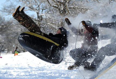 Зимой не до скуки. Мэтт Эверидж, Кэмден Ярвис и Кристиан Тракселл забавляются в снегу в Уэйнсборо, штат Вирджиния, 27 января. Фото: AP Photo/The News Leader/Mike Tripp
