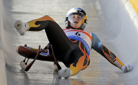 Зимой не до скуки. Американка Эмили Суини упала с саней на Чемпионате мира в Оберхофе, Германия, 16 января. Фото: AP Photo/Jens Meyer