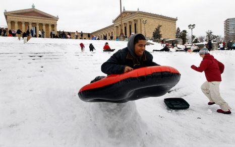 Зимой не до скуки. 17-летний Джош Граймс катится со ступенек Музея искусств в Филадельфии 27 января. Фото: AP Photo/Matt Rourke