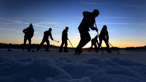 Зимой не до скуки. Молодежь играет в хоккей на замерзшем озере Эльбзе недалеко от Айтранга, Германия, на закате 5 января. Фото: KARL-JOSEF HILDENBRAND/AFP/Getty Images