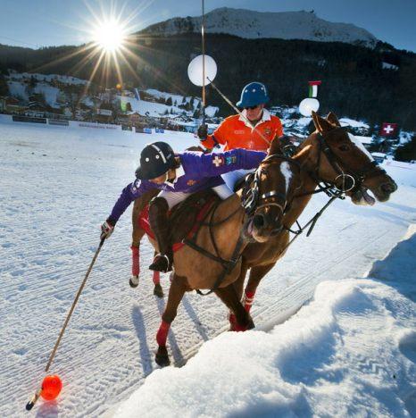 Зимой не до скуки. Игроки в поло в Клостерсе, Швейцария, 23 января. Играть в поло при температуре -13 градусов довольно нелегко, особенно когда игрокам приходится скакать за мячом по скользкому снегу, а не по ухоженной травке. Фото: FABRICE COFFRINI/AFP/Getty Images