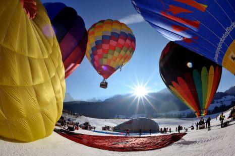 Зимой не до скуки. Воздушные шары на 33-ем международном фестивале воздушных шаров на горнолыжном курорте Chateau dOex в швейцарских Альпах 23 января. Более 80 воздушных шаров из 15 стран приняли участие в этом событии в знаменитом своими идеальными погодными условиями курорте. Фото: AP Photo/Keystone/Dominic Favre