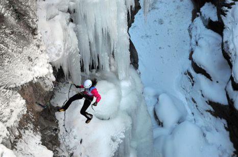 Зимой не до скуки. Зои Харт на соревновании по альпинизму на фестивале «2011 Ouray Ice Festival» 8 января в Оурэе, штат Колорадо. Устрашающая природа этого вида спорта – спортсмен должен подтягиваться по скользкой замерзшей поверхности, которая может уйти из-под ног каждую секунду, - говорит о том что до недавнего времени несколько водопадов в районе Пайкс Пик просто исчезли. Фото: AP Photo/The Colorado Springs Gazette/Christian Murdock