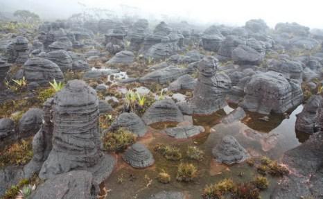 Оторвать глаз невозможно: причудливые формы камней и их нагромождений, скалы, ущелья и пещеры и всё это в совершенно неповторимых, причудливых комбинациях! Фото с сайта: lookandtravel.ru